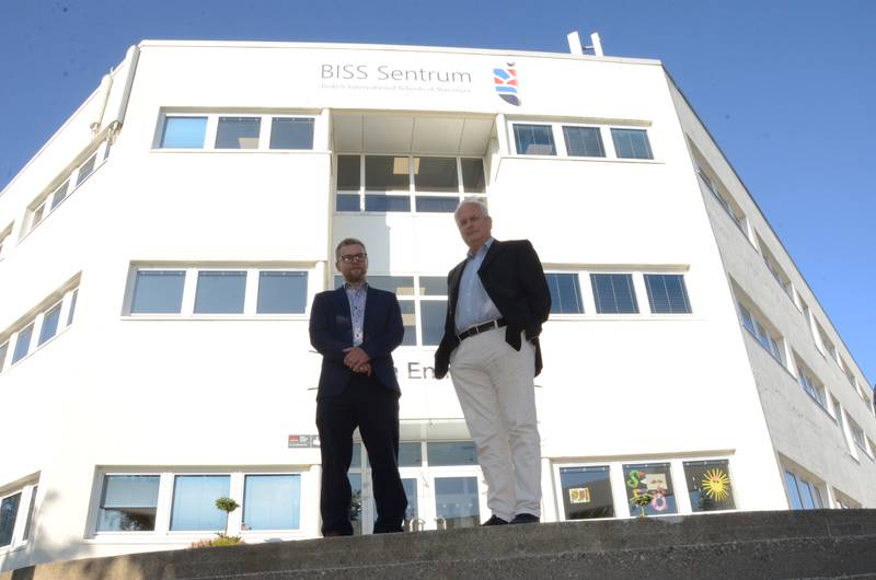 Rektor Sean Gibb og styreleder Andreas Middelthon utenfor BISS Sentrum sine nye lokaler på Kampen.