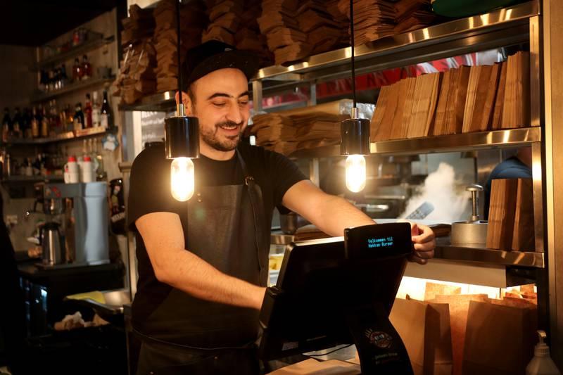 Restaurantsjefen på Hekkan Burger Stavanger, Razik Eiranji, synes det har gått fint til nå under Spis for 100.