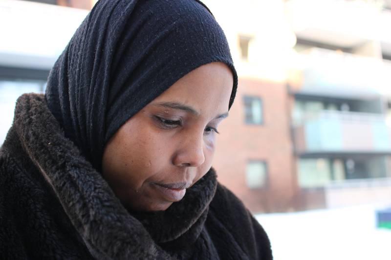 Sahra Hassan forteller at hun betaler 17.000 kroner i måneden i husleie. Likevel får hun ikke bostøtte.