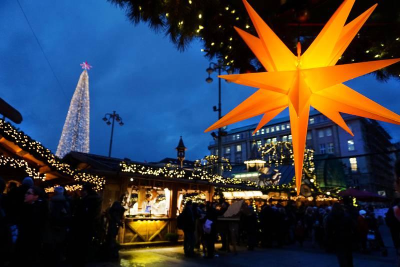 Besøk gjerne julemarkedet på Rådhusplassen i ukedagene. I helgen er det mye trengsel!