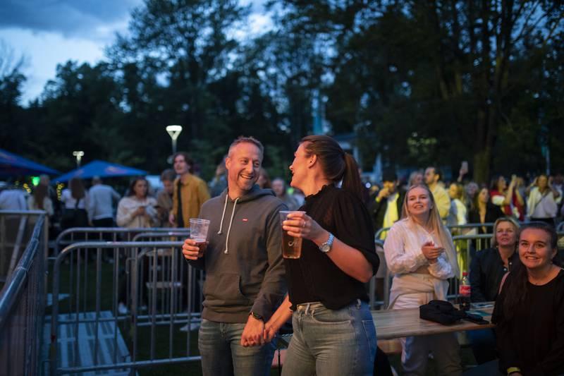 Heidi Eidskrem og Joe-Richard Muskaug synger sammen midt forann hovedscenen.