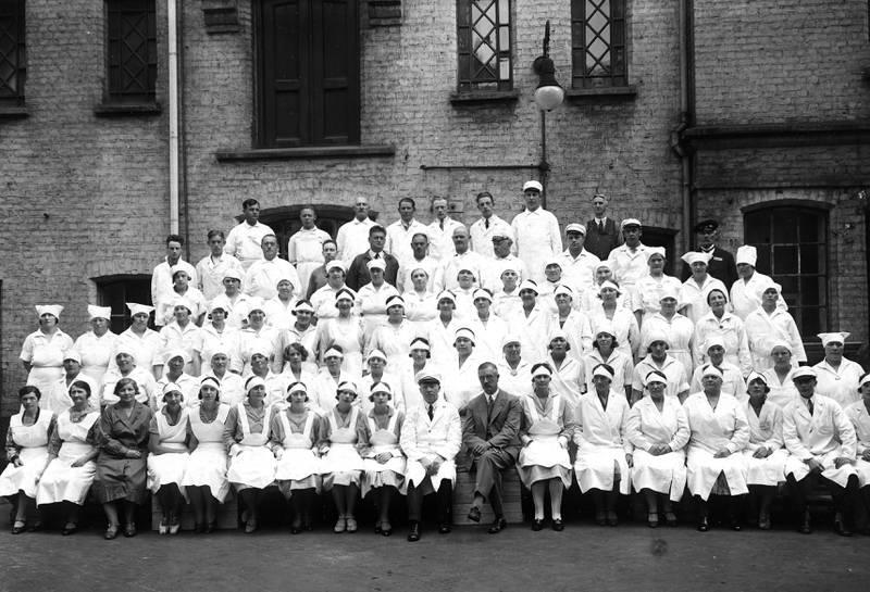 PERSONALET CIRKA 1930: Ved åpninga besto personalet blant annet av overkokk, underkokk og maskinister til dampmaskina samt «det nødvendige underordnede personale» som «opvartere» eller «spisesalstjenere».