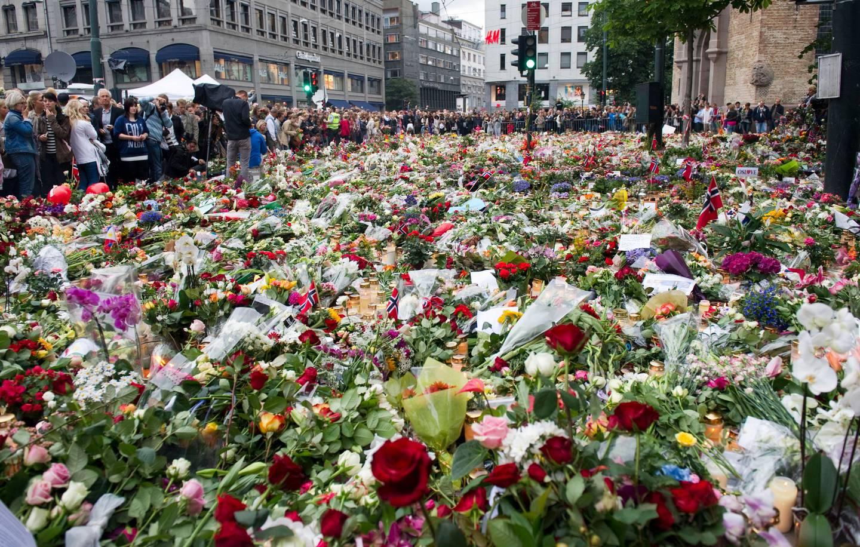 Oslo  20110725 TERROR RAMMER OSLO Blomster foran Oslo Domkirke under  rosetoget i Oslo mandag kveld, til minne om ofrene for terroraksjonene i Oslo og på Utøya 22 juli Foto: Aleksander Andersen / Scanpix