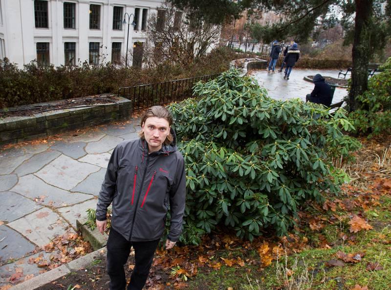Lars Sandås har laget bok om det åpne rusmiljøet i Oslo. I bakgrunnen ser vi dagens ungdom på Nisseberget.