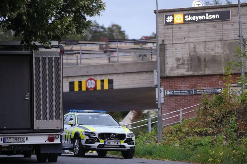 Politiet var søndag kveld på Skøyenåsen i Oslo med store stryker etter at de fikk melding om at det er avfyrt skudd på Skøyenåsen T-banestasjon. Foto: Fredrik Hagen / NTB