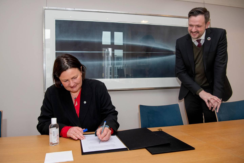 Dag Inge Ulstein, utviklingsminister, og Henriette Killi Westhrin, generalsekretær i Norsk Folkehjelp. Seignering av avtale, UD.
