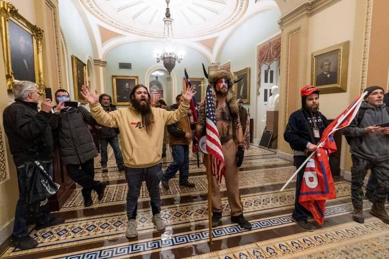 Jake Angeli, med sin karakteristiske vikinghjelm og pelslue, inne i kongressbygningen under onsdagens storming. Foto: Manuel Balce Ceneta/AP/NTB