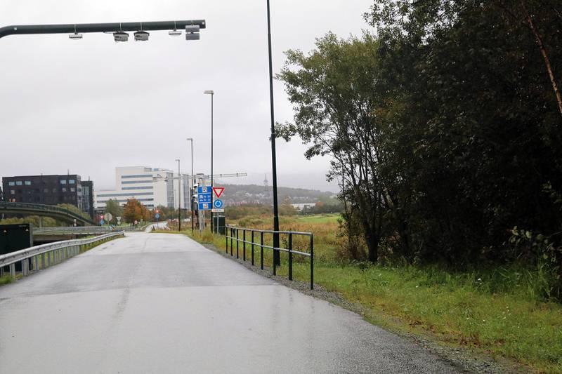 Det gamle innkrevingsanlegget på Åsenveien skal koples ned, men samtidig er en av de moderne, grønne mastene kommet på plass og er klar til bruk.