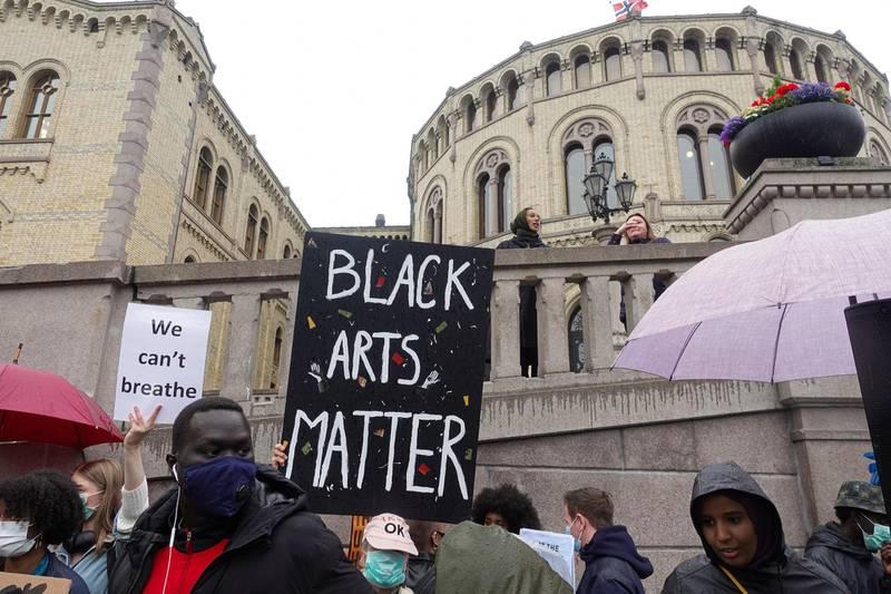 Tusenvis samlet seg i demonstrasjon mot rasismen i Oslo fredag.
