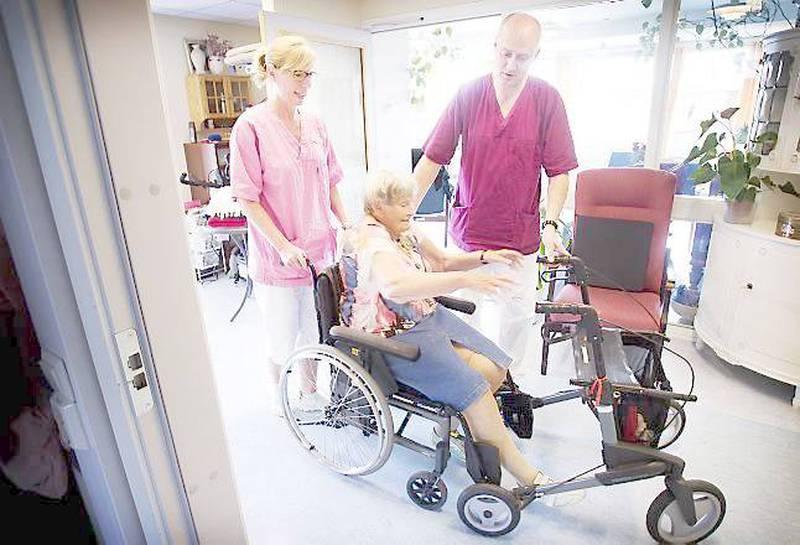 Sterke følelser er en del av jobben, men man får så mye tilbake ved å jobbe på pleiehjem. Det mener sykepleier Olaug Vibe og hjelpepleier Jørn Andersen ved Sagenehjemmet i Oslo. Her med beboer Aase Olaisen (85).