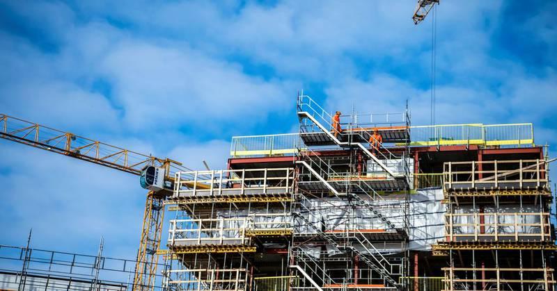 Rødt, Arbeiderparti, SV og Senterpartiet vil legge til rette for lån av arbeidskraft mellom produksjonsbedrifter, som på denne byggeplassen i Larvik. På Peabs byggeplass i Larvik jobber folk fra flere entreprenører. Den interne byttehandelen er regulert i en egen avtale, en «byggpool».  Håvard Sæbø