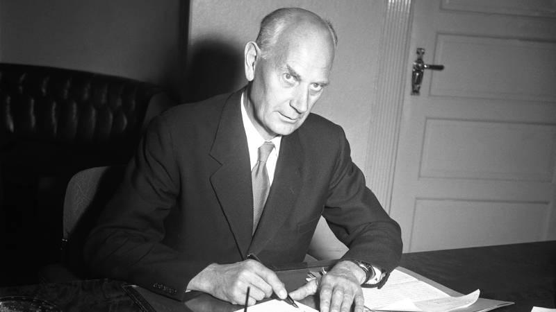 1955: Statsminister Einar Gerhardsen skriver i forbindelse med 50-årsjubileet for unionsoppløsningen med Sverige. FOTO: Børretzen/Storløkken/Pagano/Aktuell/NTB scanpix