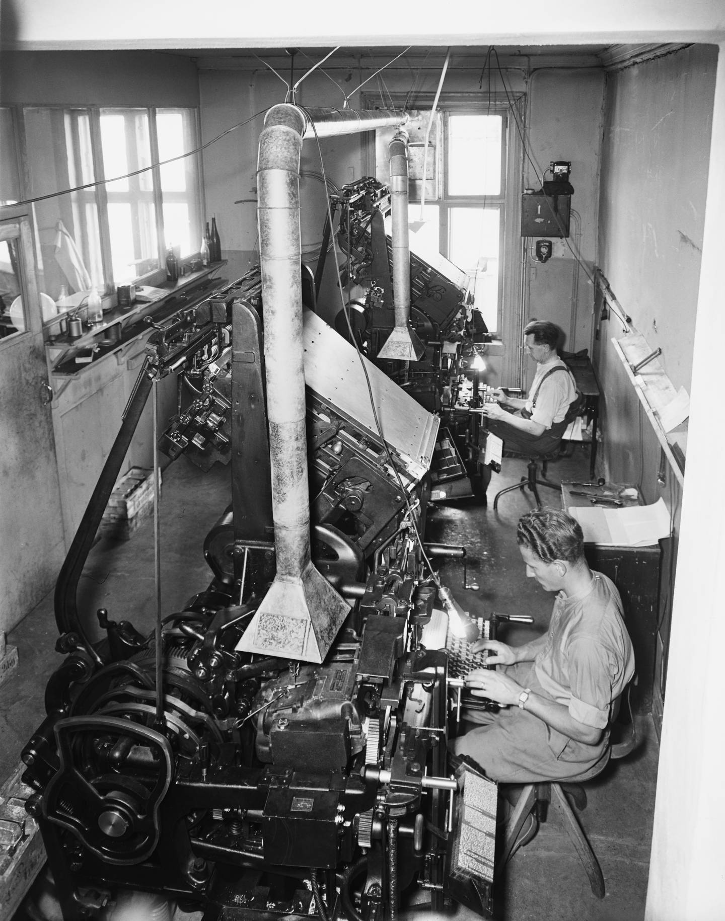 Etter hvert økte bevisstheten om hvor farlig dampen fra blyet var, og det ble etablert avtrekk over de nye settemaskinene hvor hele skriftlinjer ble støpt. Her fra et setteri i 1949.