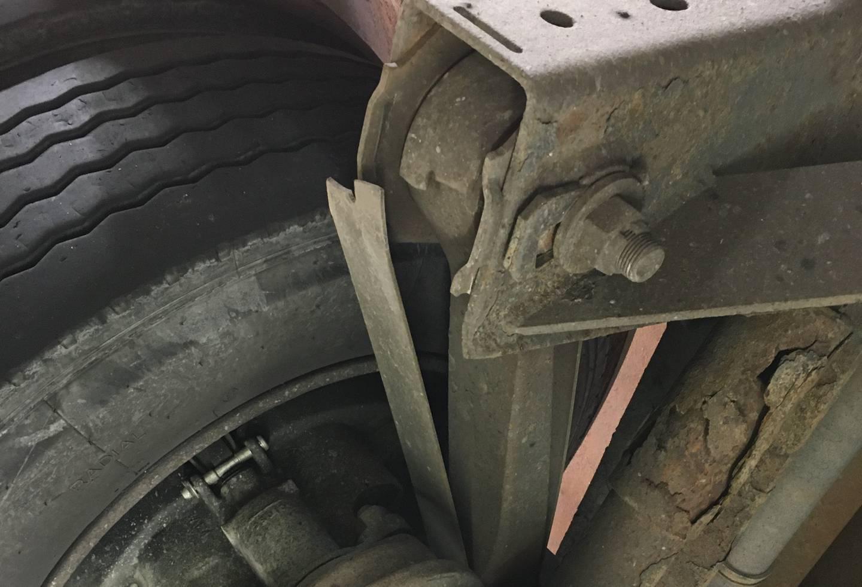 Bildet viser at et såkalt draband på en av hengerens aksler er røket tvert av. Dermed henger ikke akselen lenge fast i ramma.