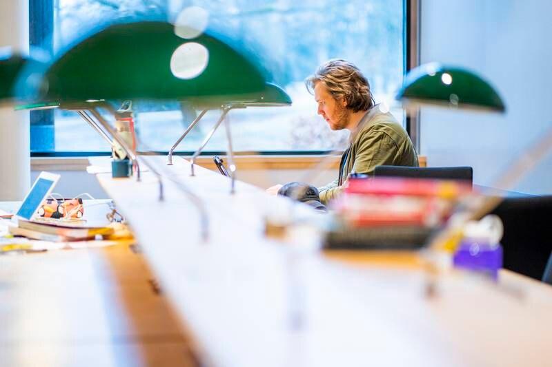 Bare halvparten av norske medisinstudenter tar studiene i Norge. Opposisjonen ønsker å trappe opp studieplasser.