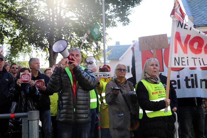 Demonstranter gir lyd utenfor fylkesutvalgssalen fredag. Foto: Stein Roger Fossmo