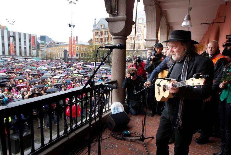 Tusenvis av mennesker sang «Barn av regnbuen» sammen med Lillebjørn Nilsen på Youngstorget i 2012.