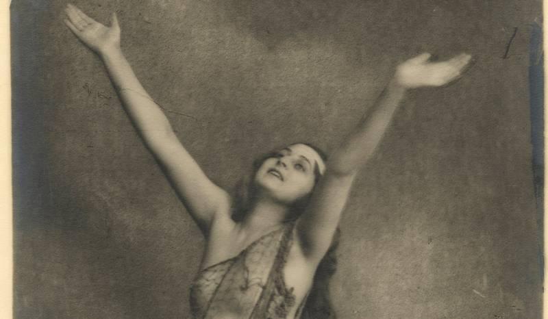 Kvinnens sosiale rolle utviklet seg med stormskritt etter første verdenskrig. Tiden ga kvinner nye muligheter, og Waldemar Eide utviklet akttradisjonen med en serie bilder av dansere og skuespillere. «Undine (Helga Lund Rydland)» (1919).
