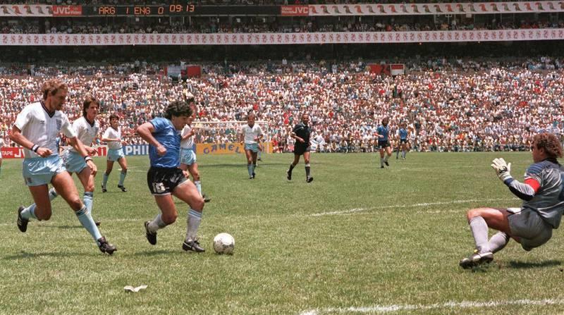 Diego Maradona fullfører sitt historiske raid mot England på Azteca stadion i Mexico by. Terry Butcher (t.v.) ga opp og keeper Peter Shilton ble lurt.