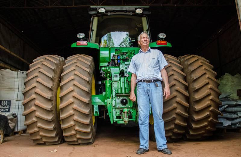 Storgodseieren Luis Da Malha viser fram sin GPS-styrte traktor.