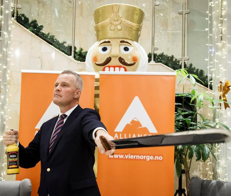 Hans Lysglimt Johansen lanserte partiet Alliansen i november i fjor, med både sverd og eggelikør. Over 3.300 stemmeberettigede lot seg lokke.