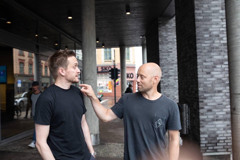 Nå slipper filmskaper Tommy Wirkola (t.v.) og skuespiller Aksel Henie ansiktsmasker og antibac. Men å spille inn film under koronaepidemien bød på krevende smittevern.