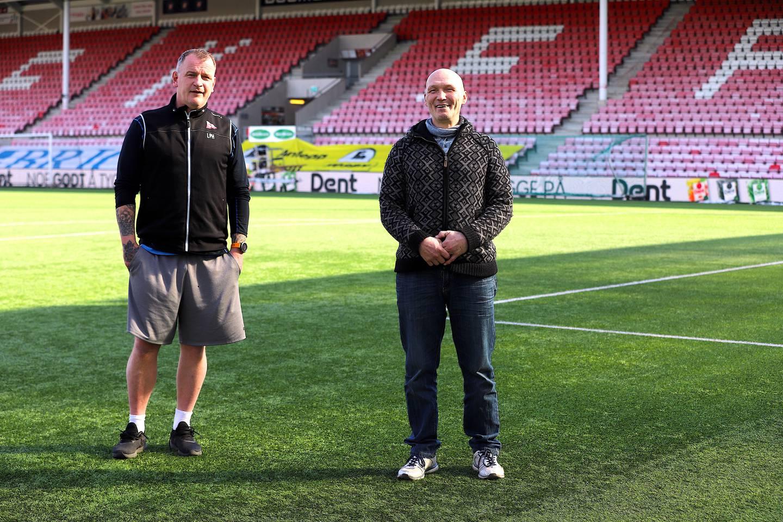 Trener Lars Petter Hansen (til venstre) og tidligere spiller Magne Zetterstrøm intervjues til reportasje om Gatelaget på Fredrikstad stadion.