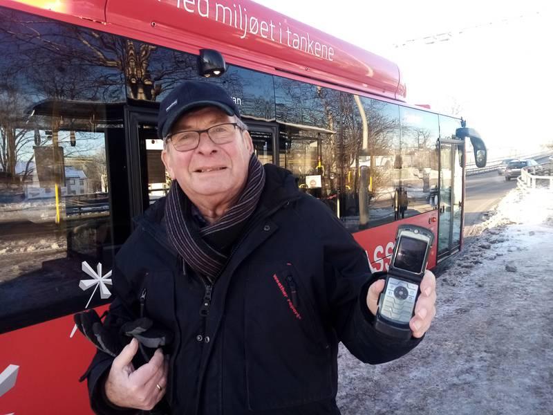 – Hvorfor skal Østfold Kollektivtrafikk sette inn kontrollører på bussene når folk uten app-løsning ikke får betalt? spør Øyvind Tveter seg. 76-åringen tilhører de 14 prosentene av den norske befolkningen som er såkalt analoge.