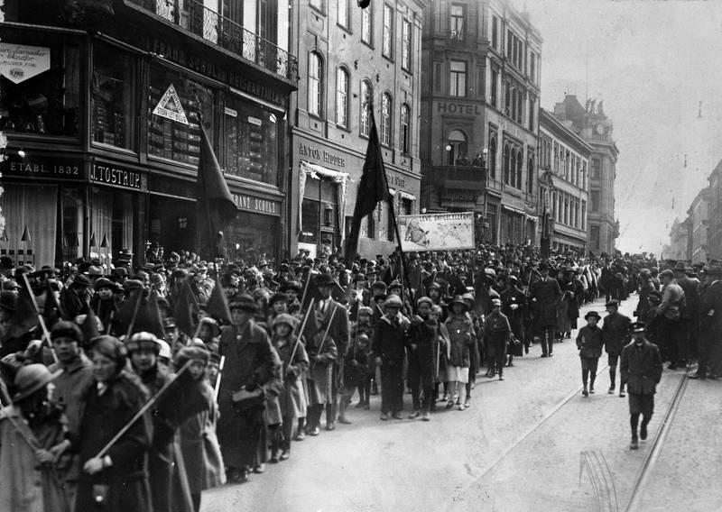 En viktig stemme i kampen for de fattiges stemmerett var seks kvinner som klaget ved kommunevalget i 1916 på at de var fratatt stemmeretten. Bildet viser kvinner og barn i arbeiderbevegelsen 1. mai 1915.