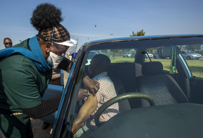 Drive-in-vaksinering er noe av det som blir tatt i bruk i Sør-Afrika. Her fra Johannesburg.
