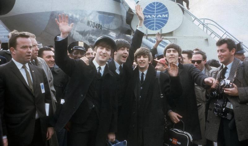 The Beatles i februar 1964, nettopp landet i USA for første gang, fortsatt på vei opp og ut i verden. Foto: AP/NTB scanpix