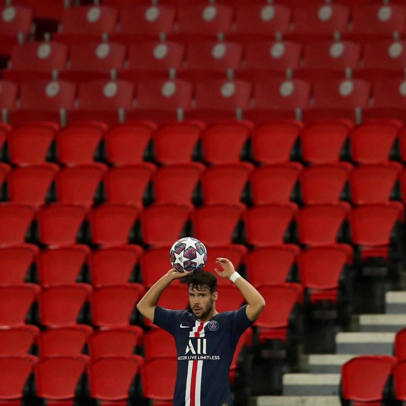 Fotball for tomme tribuner. Paris St. Germains Juan Bernat tar innkast i Champions League-kampen mot Borussia Dortmund tirsdag. Foto: Reuters/NTB scanpix