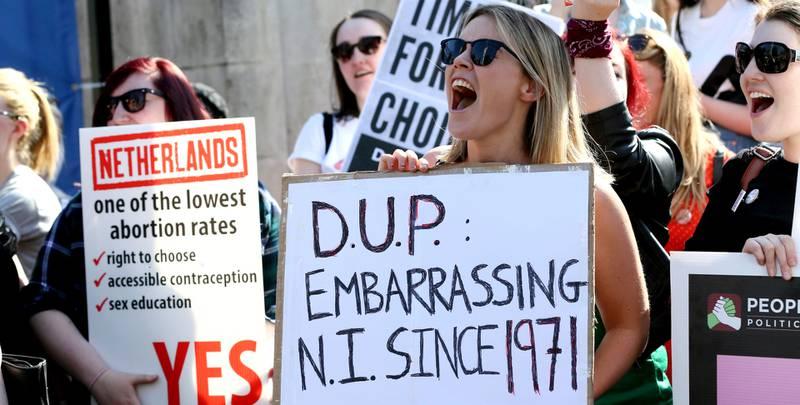 TAR KAMPEN: Også Nord-Irlands abortlovgivning er blitt et tema etter folkeavstemningen i Irland for en uke siden.  Her en demonstrasjon i Belfast forrige uke for å liberalisere abortloven også der. FOTO: PAUL FAITH/NTB SCANPIX