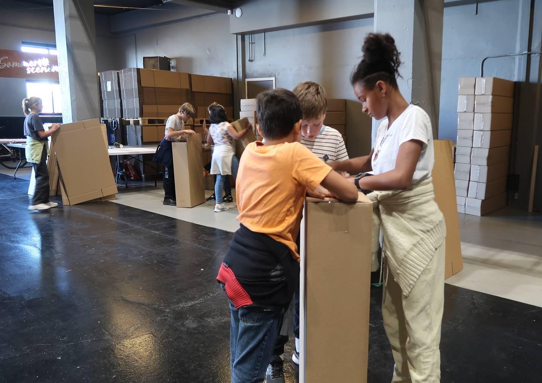 Elleveåringene Adrian, August og Olivia har fått ansvaret for å lage en spesiell type byggekloss.