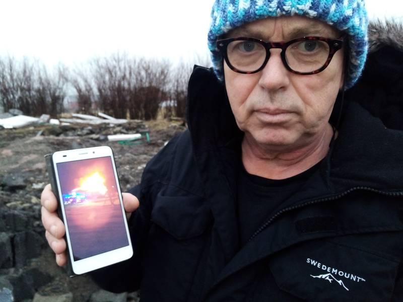 –Hadde ikke avisbudet febrilsk banket på vinduene for å få vekket oss opp kunne dette gått riktig galt, sier Kjetil Hagenes og viser fram et telefonbilde av det overtente bolighuset.