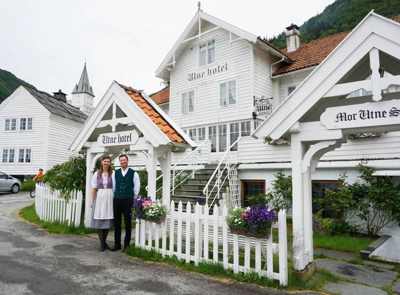 Kresne svigerforeldre? Gi bort et gavekort på et historisk overnattingssted, som Utne Hotel i Hardanger.
