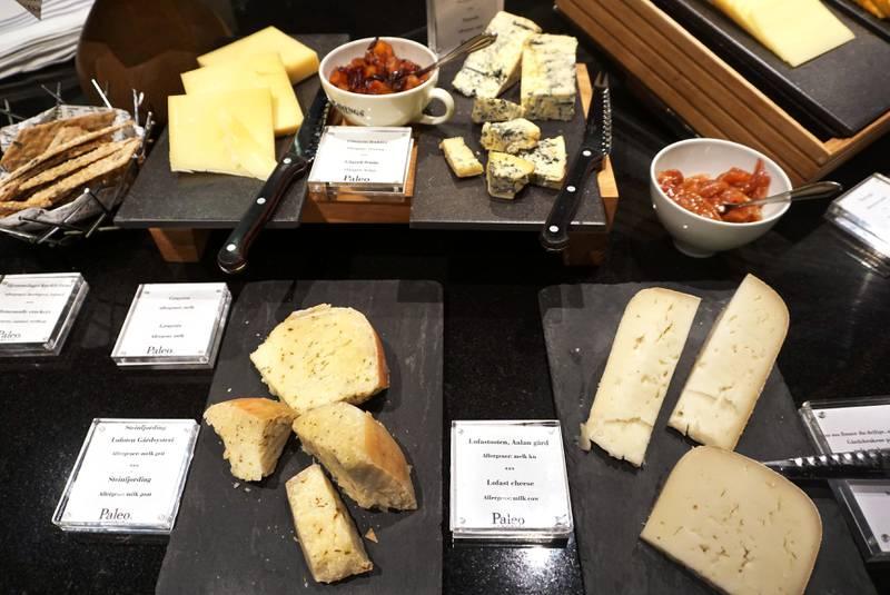 Lokale oster fra den prisbelønte produsenten Aaland Gård kan nytes med hjemmelaget syltetøy.