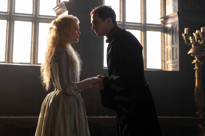 Katarinas møte med kommende ektemann, den mektige, umodne gjøken, tsar Peter blir ikke som hun hadde drømt om i «The Great».