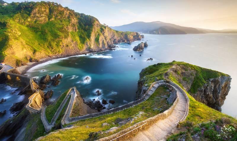 Drømmer du om Dragonstone? Da skal du oppsøke den spektakulære murveien som forbinder den bitte lille øya Gaztelugatxe    med fastlandet i Nord-Spania. FOTO: ISTOCK