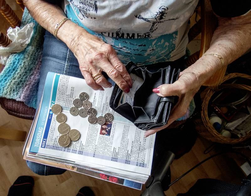 Mo i Rana  20180913. Eldre dame med mynter og lommebok. Foto: Gorm Kallestad / NTB
