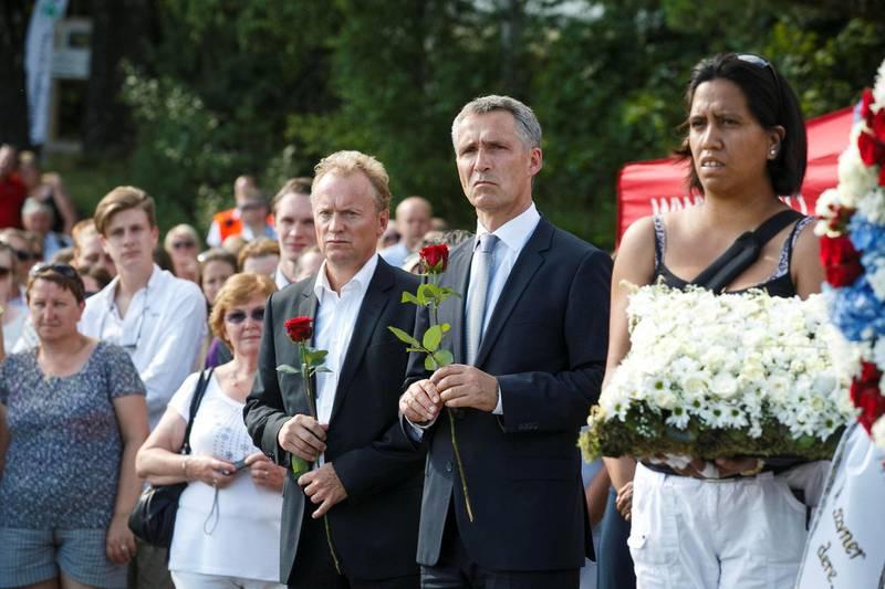 Jens Stoltenberg og Raymond Johansen sammen med Vanessa Svebakk under minnemarkeringen på Utøya 22. juli 2014. Svebakk mistet datteren sin der. Foto: Heiko Junge / NTB