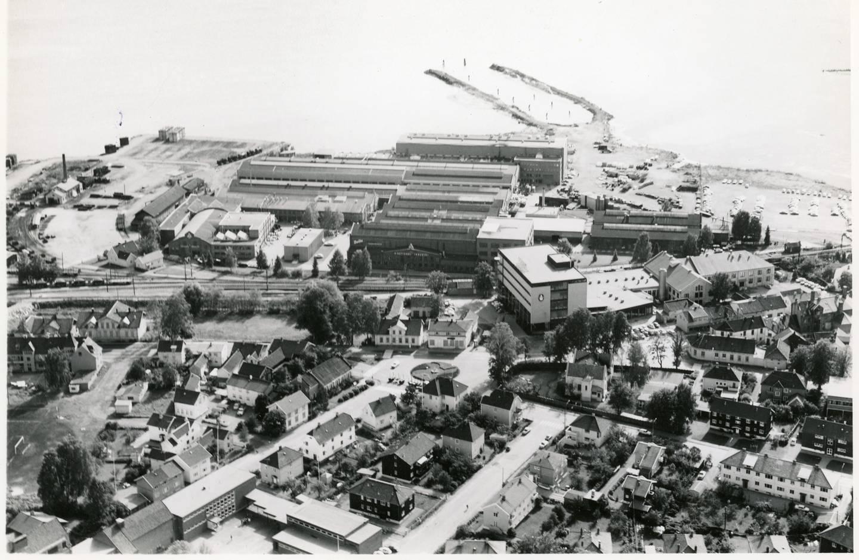 Bygningen med Osramskiltet, til høyre for midten, står fortsatt. Bak ses National Industri. Fra høyre;  Ilebergveien, Fjellheimgata, Tomineborgveien.