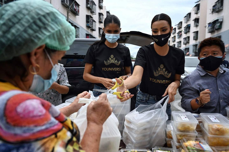 Sulten har økt under pandemien, og det har også rammet mennesker i mellominntektsland, som her i Thailand. Her deles det ut mat i slummen i Bangkok til mennesker som er rammet av pandemien.