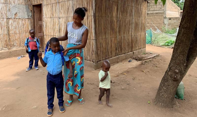 Rofina Macuacua vet at hun ikke vil ha så mange barn, og er en av dem som bruker en av     klinikkene som er igjen. Her er hun i ferd med å sende sønnen Sokrates (6) til skolen. De andre barna på bildet er ikke hennes egne.