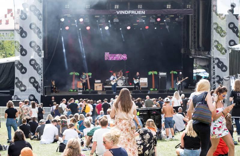 Oslo 20190809.  Folk koser seg  med The Needs i godværet på Øya-festivalen 2019. Foto: Terje Pedersen / NTB scanpix