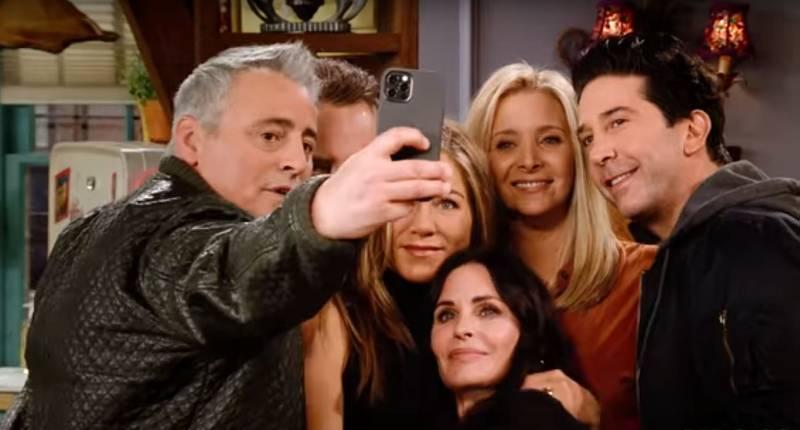 Joey er blitt grå i håret, men ellers er de evige vennene godt gjenkjennbare – der de blir å se i «Friends: The Reunion». Skjermdump fra traileren / YouTube