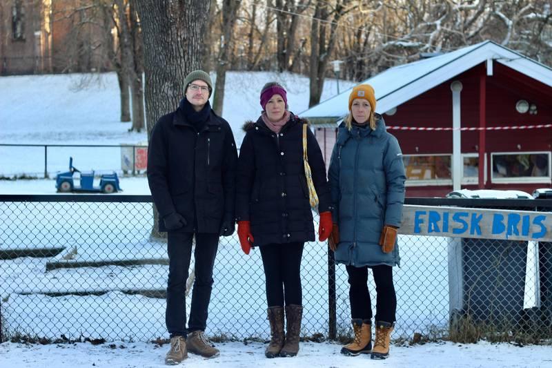 Foreldrene Lars Gunnar Vik, Ina Knowles og Kari Torbjørnsen er bekymret for barnas situasjon under korona, og krever svar fra bydelen.