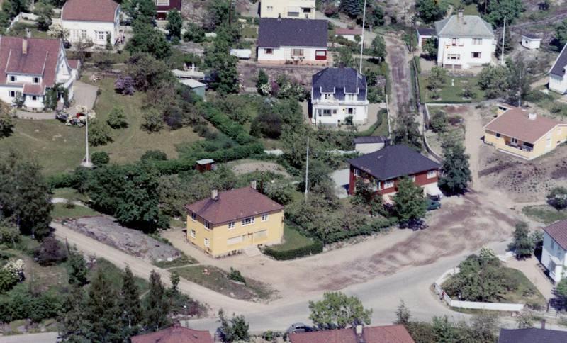 Det rødbrune huset med varebil utenfor, var vår faste nærbutikk. Det har ligget butikk der i alle tider, her fra 1950-årene. Nå er det Kiwi som holder til på adressen i Tord Pedersens gate
