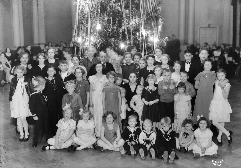 Juletrefester ble populære fra 1890-åra og ble arrangert av en rekke av byens foreninger og lag. Her er barna fra Frimurerordenens juletrefest i 1935 samlet foran juletreet. Foto:  Wilse, Anders B. Oslo Museum