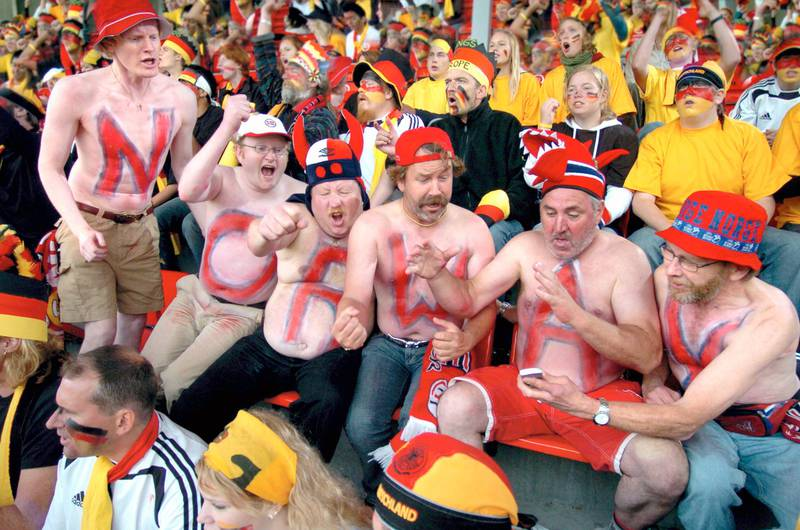 Tekst til bilde nr 20060403-038: Slik ser det ut når heltene fra filmkomedien «Lange Flate Ballær» går på fotballkamp. (Foto: SF Norge AS) *** Local Caption *** Slik ser det ut når heltene fra filmkomedien «Lange Flate Ballær» går på fotballkamp.